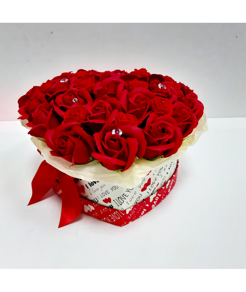 Красные розы в коробке-сердце