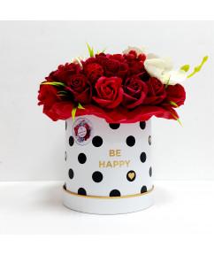 Красные розы в большом цилиндре